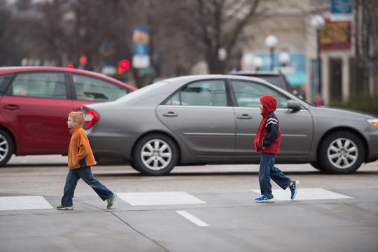 عبور کودکان از خط کشی عابر
