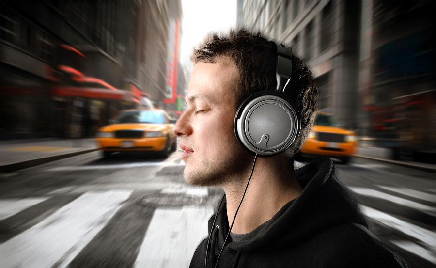 گوش دادن به موسیقی در خیابانهای شلوغ