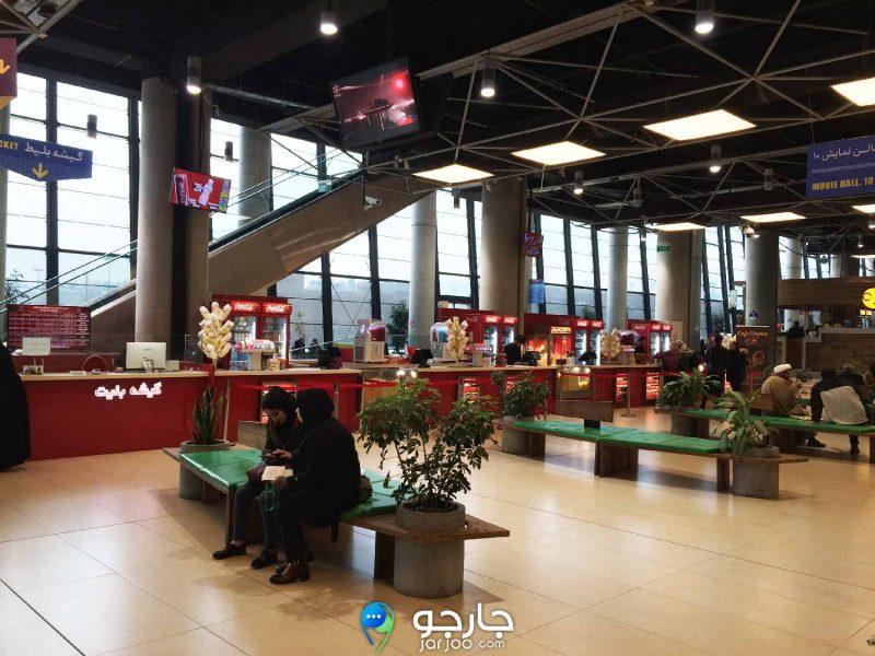 فضای انتظار سینما و خرید تنتقلات در باغ کتاب